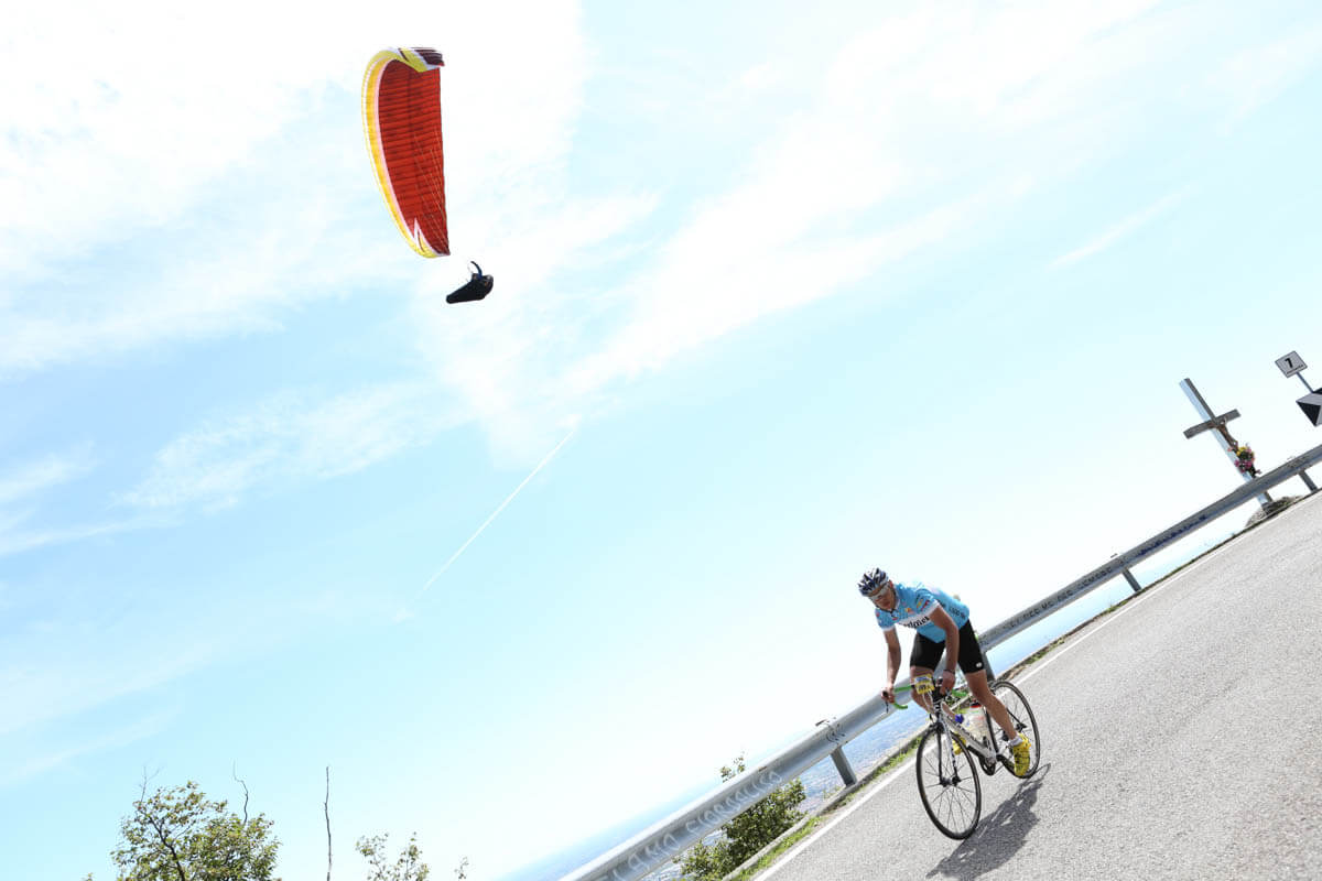 TransAlp foto bici con parapendio